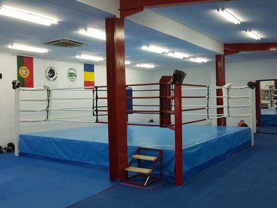 Ring box cu podium dispus in sala de antreament