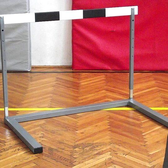 Gard atletism inaltime reglabila dispus in sala