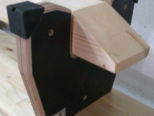banca gimnastica complet lemn detaliu cu picioarele si barna