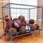 Container pentru echipamente sportive umplut cu mingi