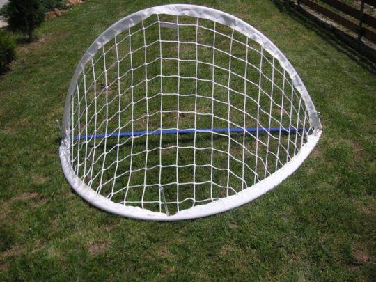 Poarta minifotbal pliabila dispusa pe iarba