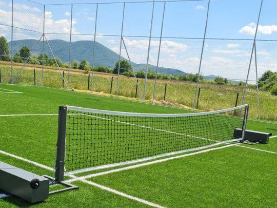 sistem fotbal-tenis dispus pe teren afara
