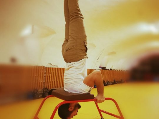 stand in cap in scaun yoga realizat de un barbat
