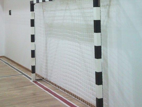 poarta handbal fixare pe perete alb cu negru si cu plasa
