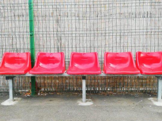 banca rezerve 5 locuri cu scaune rosii, vedere frontala